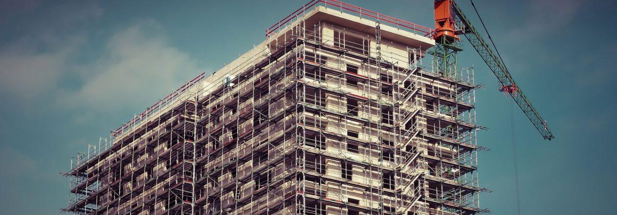 costruzione di un edificio con gru
